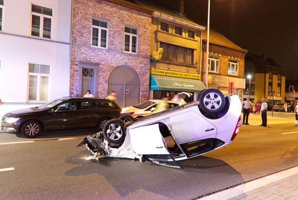 De bestuurster kwam op haar dak terecht nadat ze tegen het geparkeerde voertuig aanreed.
