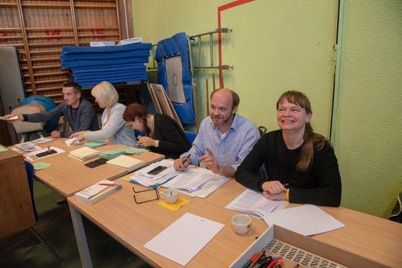 Illustratiebeeld - Voor- en bijzitters aan het werk in een stemlokaal tijdens de verkiezingen van 14 oktober in Wetteren.