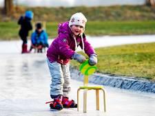 Nostalgisch leren schaatsen achter een hightec stoel