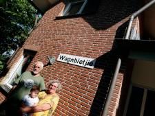 Het huis van Henk en Christien is vernoemd naar de trage procedure, en de ergernis daarover is er nog steeds