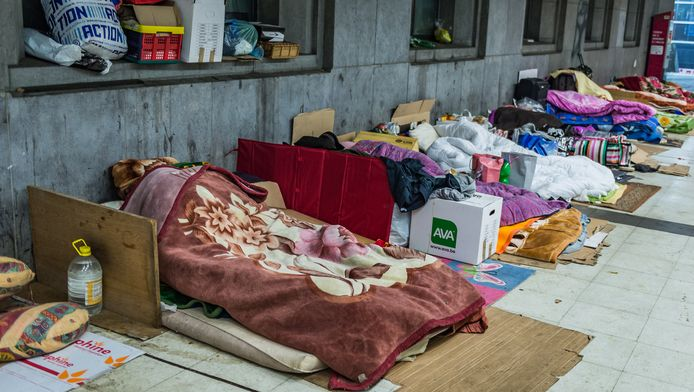 Vluchtelingen in het station van Brussel-Zuid.