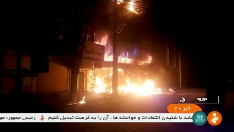Een brandend gebouw in Dorud, Iran.