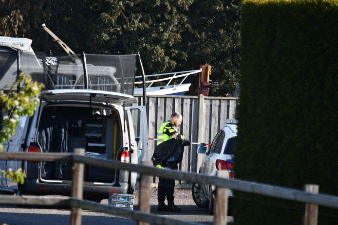 De politie doet onderzoek aan de Sibculoseweg in Westerhaar-Vriezenveensewijk, waar de vijf verdachten werden aangehouden.