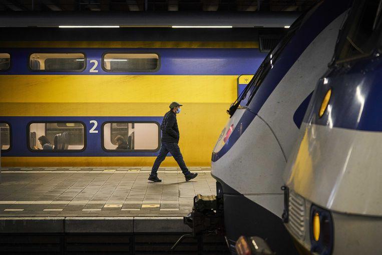 Station Den Haag Centraal. Op dit moment rijden negen op de tien treinen die normaal zouden rijden. De NS gaat nu opschalen. Beeld ANP