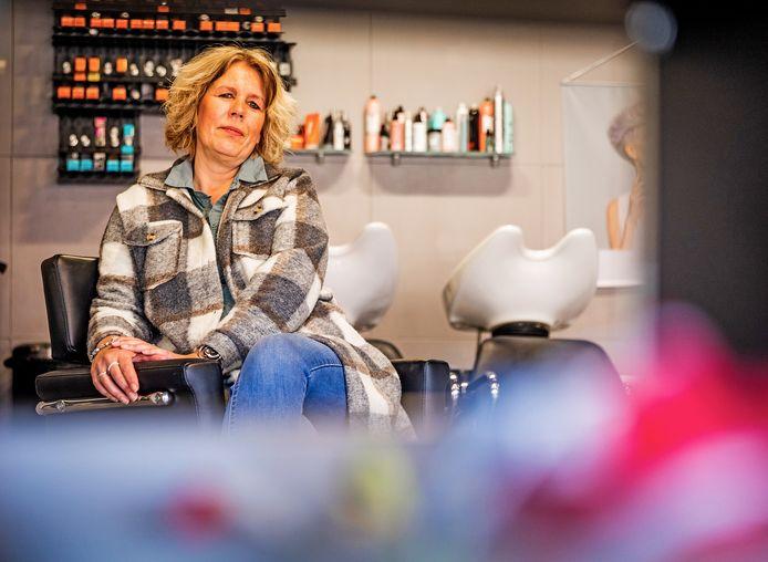 Miranda Schijvenaars van Kniptiek moet noodgedwongen haar kapperszaak sluiten.  ,,Het is echt gekkenhuis op Marktplaats. Ik ben niet de enige kapperszaak die stopt of moet stoppen en iedereen probeert zijn inboedel te verkopen.''