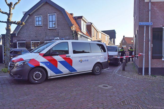 Na een incident, waarbij een arbeidsmigrant om het leven kwam, verrichtte de politie onderzoek in de Hoekstraat in Spakenburg.