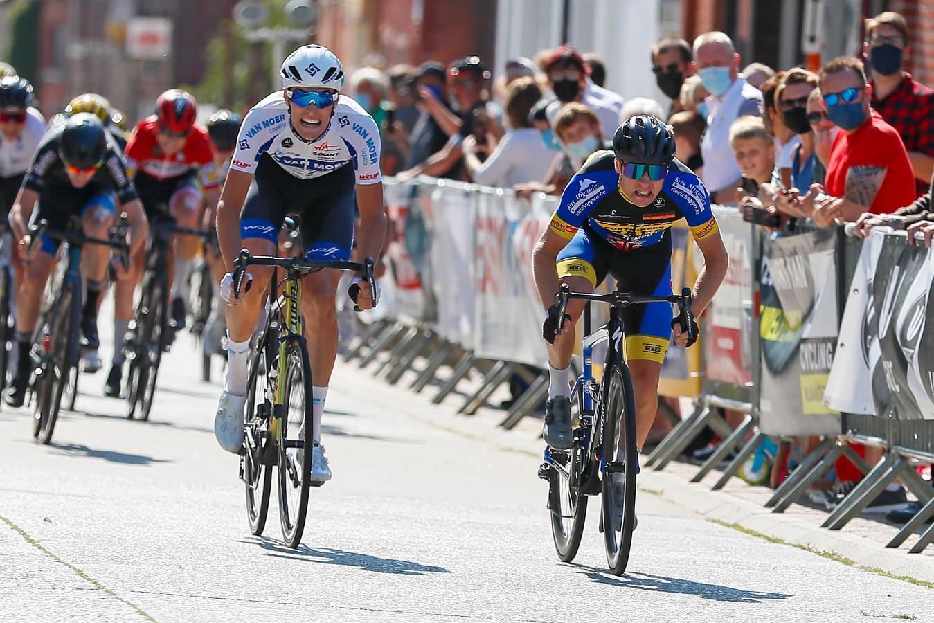 In Schoonderbuken sprintte Zeno Moonen (rechts) zondag sneller dan Milan De Meester. Hij boekte zijn eerste seizoenzege.