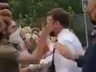 Macron krijgt van omstander klets in het gezicht