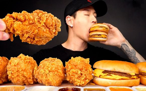 Zach Choi (33) verdient miljoenen door te eten voor de camera en zijn online publiek.