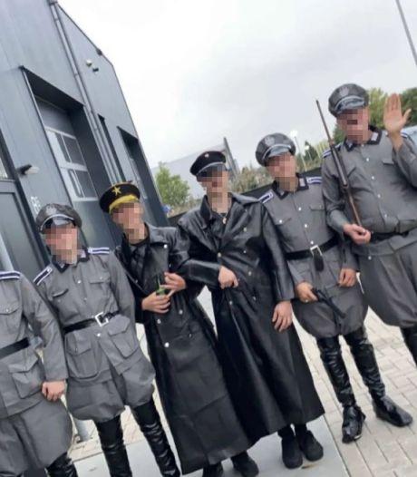 Ook Telegraaf-verslaggever op Urk bekogeld met eieren na vragen over 'nazi-feestje': 'Wegwezen, anders ga je de haven in!'