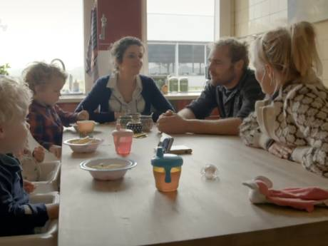 Boer Frans in tranen aan keukentafel met Yvon Jaspers