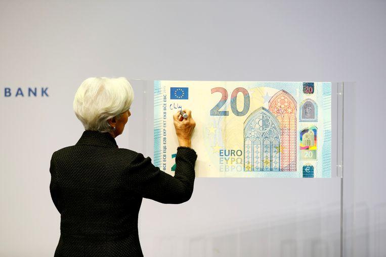 President van de ECB Christine Lagarde tekent de nieuwe euro-biljetten Beeld REUTERS
