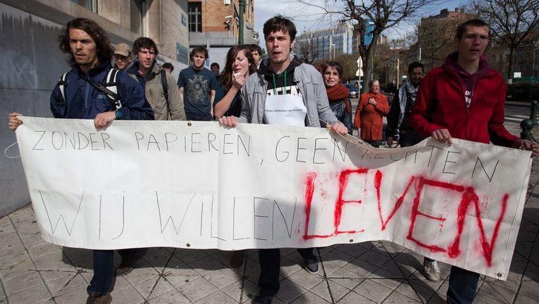 Sympathisanten van de hongerstakers betogen in Brussel. Beeld epa