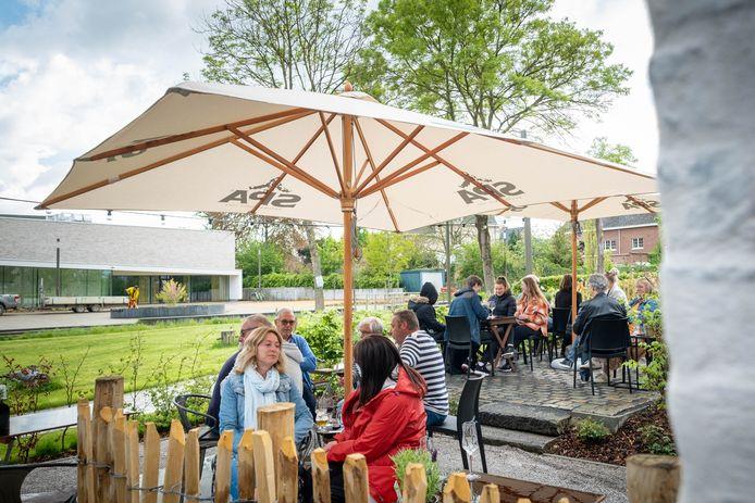 HOMBEEK De zomerbar van 't Oudt School is voor het eerst geopend.