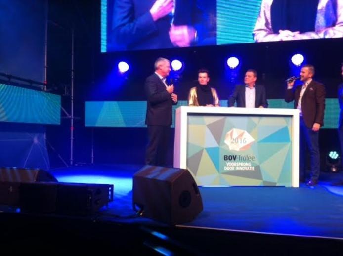 Vertegenwoordigers van de drie finalisten in gesprek met presentator Winston Gerschtanowitz. Tweede van rechts Wim Naber van Naber Plastics.