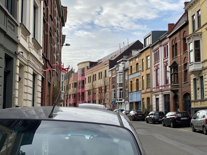 Een rood lintje aan de antenne van een auto wijst op protest tegen het Gentse mobiliteitsbeleid.