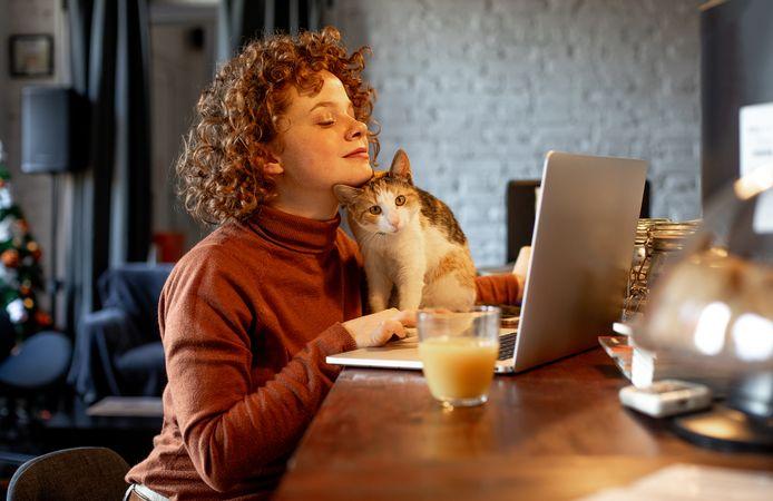 Een typisch thuiswerkscenario voor mensen met een kat.