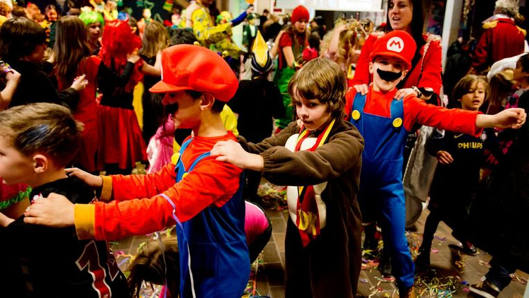 Basisschoolkinderen vieren carnaval. Beeld anp