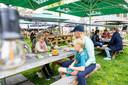 Op het terras bij grandcafé de Zwaan in Hilvarenbeek. Op het Vrijthof is er extra ruimte voor terrassen.