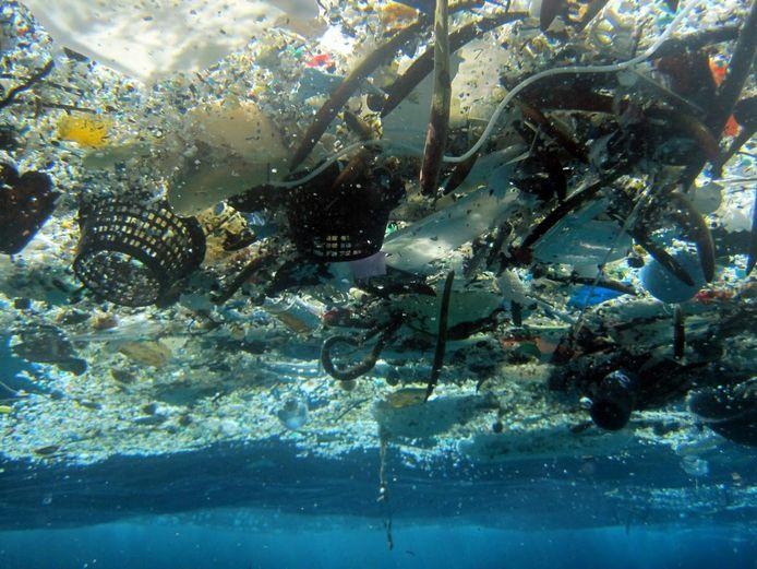 Ook plasticvervuiling zet de oceanen zwaar onder druk.