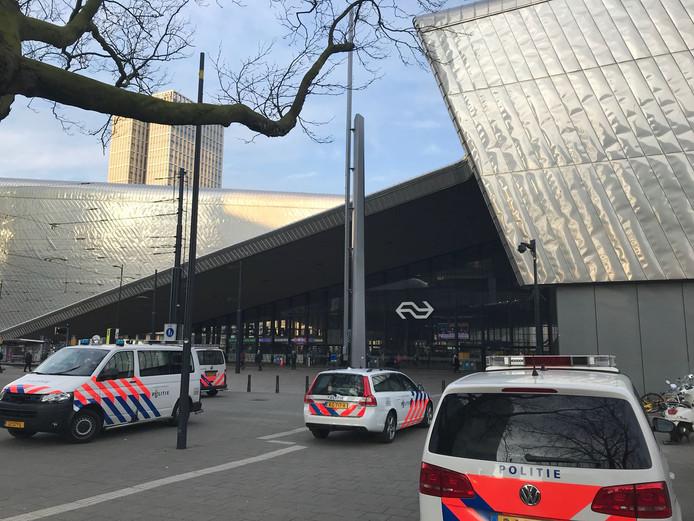 Drie perrons op Rotterdam Centraal worden ontruimd vanwege een verlaten tas.