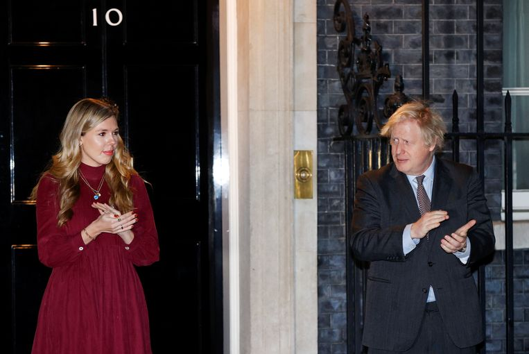 De Britse premier Boris Johnson en zijn partner Carrie Symonds bij Downing Street 10 in Londen. Beeld REUTERS