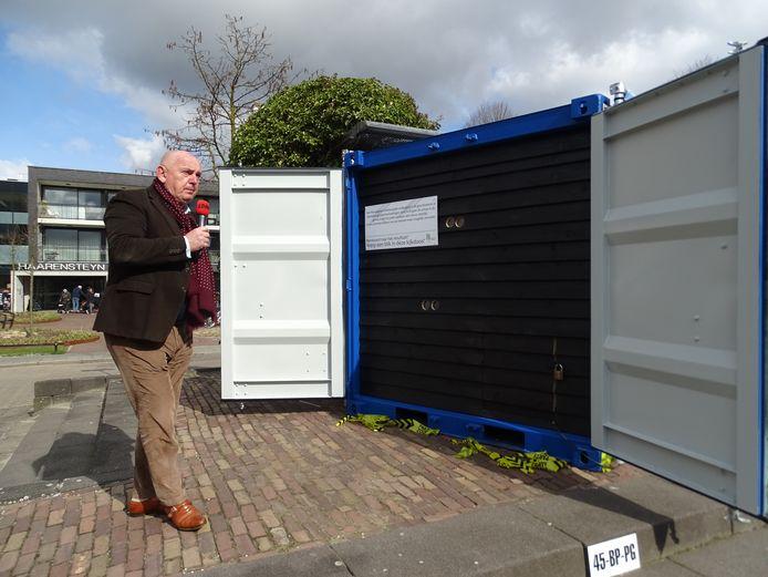 Wethouder Eric van den Dungen opent de 'kijkdoos' op het Mgr. Bekkersplein in Haaren