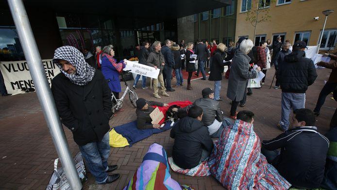 Eerder protesteerden vluchtelingen in Leeuwarden tegen de PvdA omdat ze naar eigen zeggen op straat zijn gezet