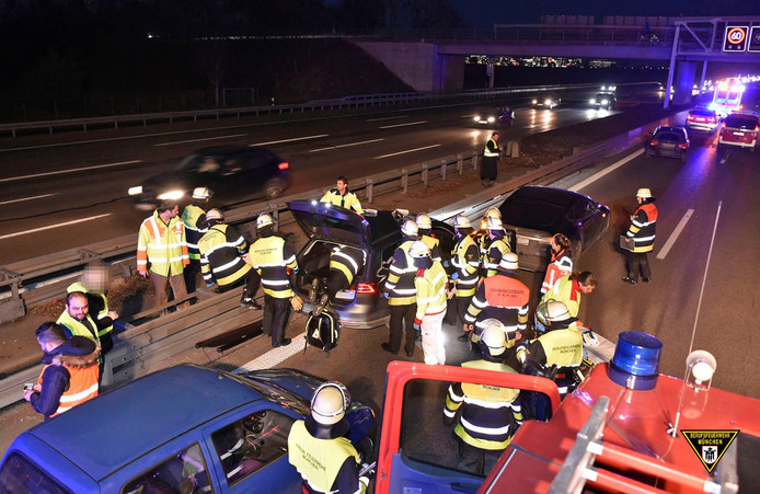 De twee auto's kwamen midden op de Duitse snelweg tot stilstand.