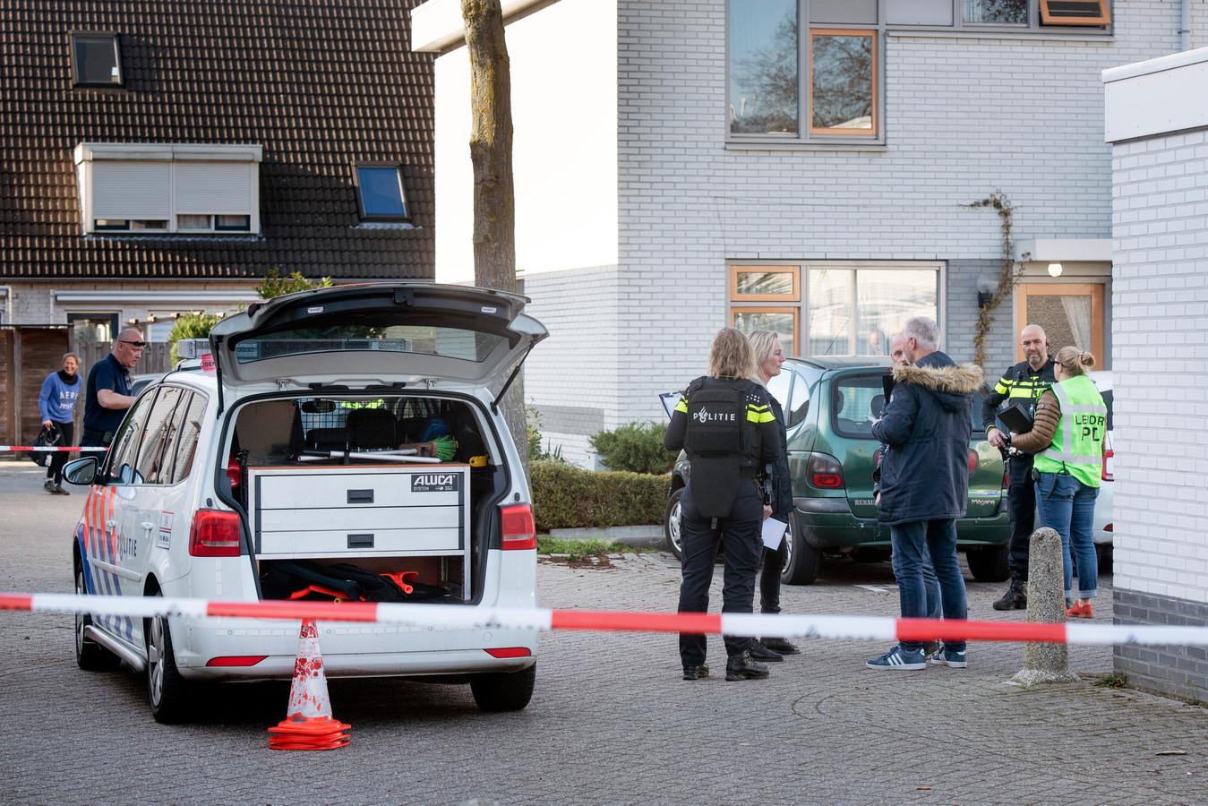 Politie bij de woning aan de Corrie Tendeloostraat na de schietpartij.