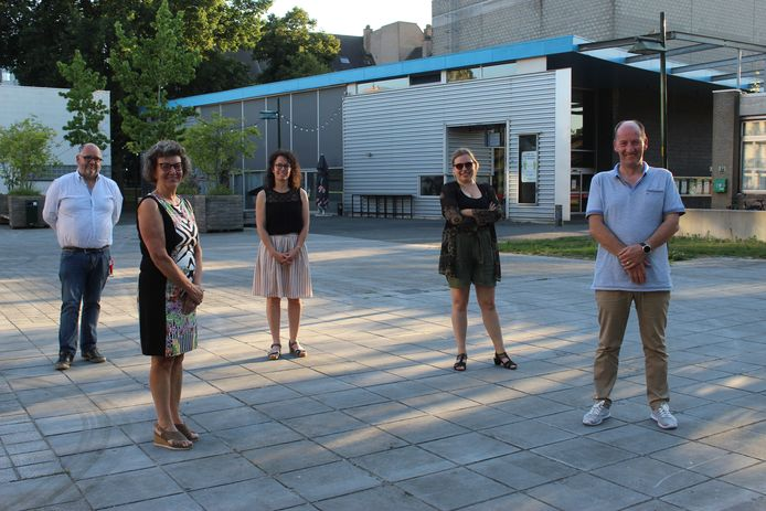 De ploeg van CC De Herbakker een jaar geleden bij de voorstelling van het coronaseizoen, op het plein aan het cultuurcentrum.