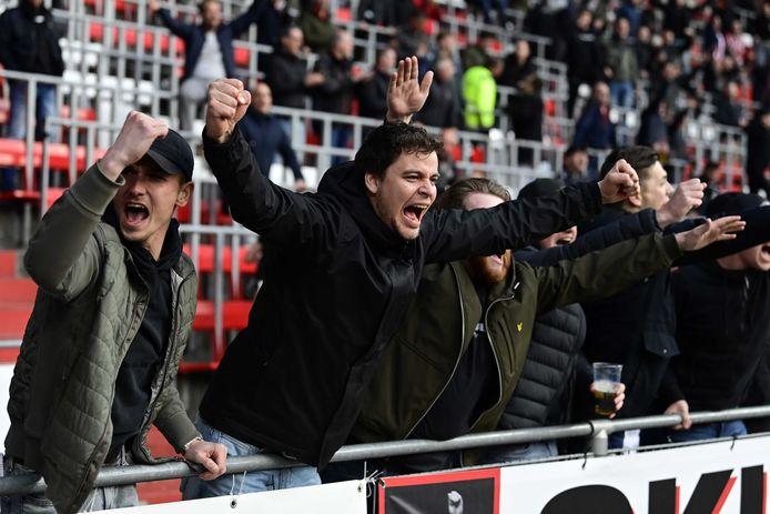 Voor het eerst in ruim een halfjaar waren er weer supporters bij voetbalwedstrijden, zoals hier bij PSV.