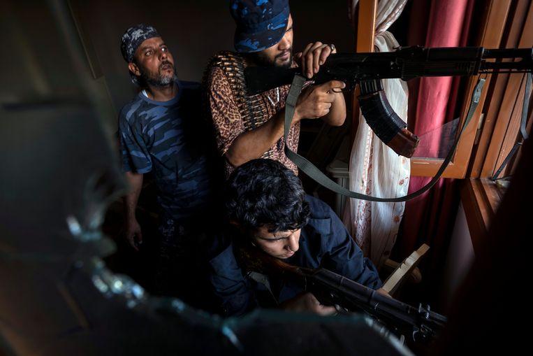 Strijders van een militie die de centrale regering in Tripoli steunt. Beeld AP