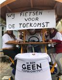 Ik ben geen prioriteit, vinden de basisschoolleerkrachten in Putten, die door het dorp fietsen voor een betere toekomst van het onderwijs, opdat de leerlingen in de toekomst het woord topprioriteit wel zonder taalfout kunnen opschrijven.