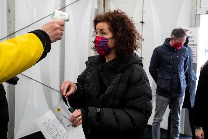 Minister van Onderwijs, Cultuur en Wetenschap Ingrid van Engelshoven betreedt na een corona sneltest het terrein van festival Back To Live op het evenemententerrein van Walibi Holland.