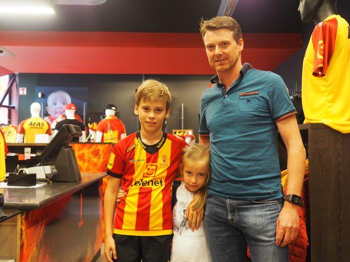 Bob Van de Vliet met kinderen Mattis en Paulien in de fanshop van KV Mechelen.