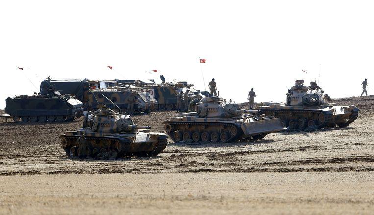 Turkse tanks die zijn gestationeerd langs de Turks-Syrische grens. Beeld reuters
