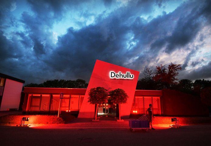 Het pand van Dehullu stand- en interieurbouw aan de Industrieweg in Ochten kleurde dinsdagavond rood. Als onderdeel van een landelijke actie om de zwaar getroffen evenementenbranche een hart onder de riem te steken.