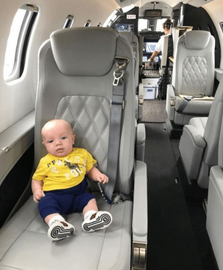 """Mama Dee Devlin postte op Instagram trots een foto van haar """"kleine jetsetter""""."""