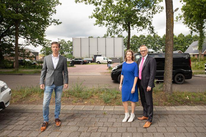 Het bestuur van Bewonersvereniging Sloothaak in Soest. Links voorzitter Martin van Arendonk, rechts bestuursleden Karin Verbruggen en Edgar van Meggelen.