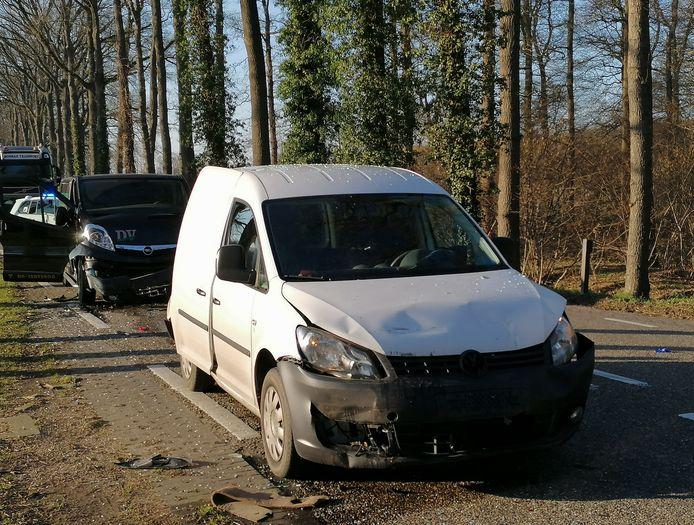 Vier auto's waarvan een met aanhanger klapte op de Varsseveldseweg in Doetinchem op elkaar.