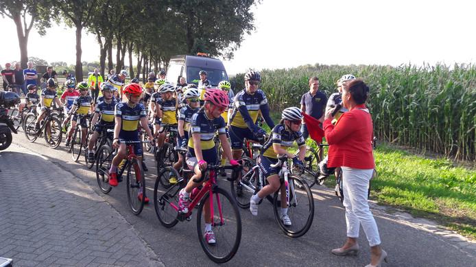 Burgemeester Marjolein van der Meer Mohr stuurt de renners van WWV weg voor een laatste rondje in de polders bij Sprundel.