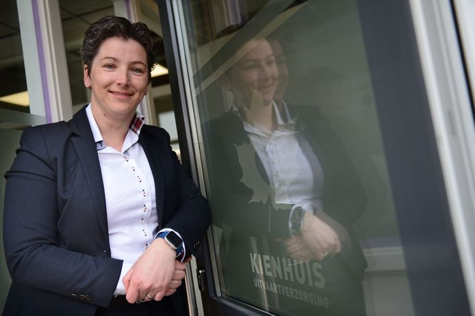 Uitvaartverzorgster Astrid Kienhuis.