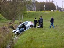 Jonge bestuurder schiet van de weg af in Apeldoorn en raakt gewond, auto total loss