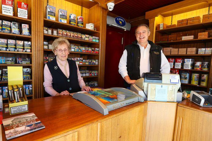 Jeanne Habraken (89) met zoon Martie Habraken in haar sigarenwinkel aan de Kerkhoflaan in Aalst.
