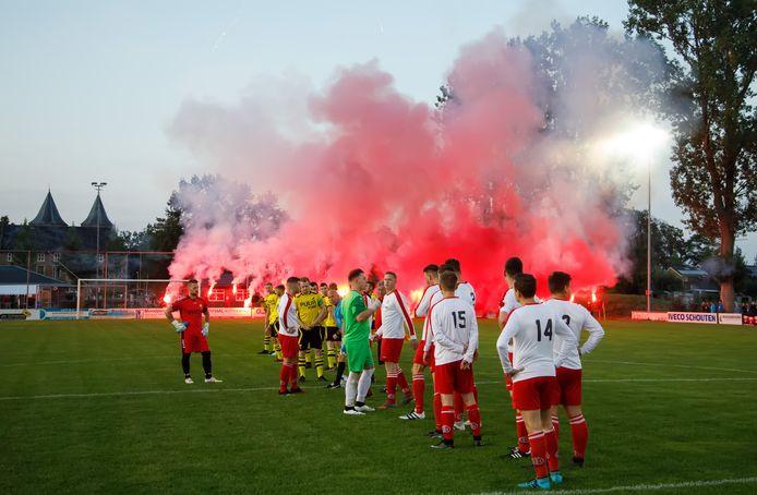 In de tijd dat Be Ready en Dussense Boys (rood-wit) nog tegen elkaar speelden, ging dat altijd gepaard met sfeeracties van supporters uit beide kampen.