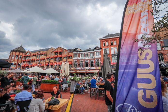 Volle terrassen op de Markt voorafgaand aan een concert van Guus Meeuwis in 2019.