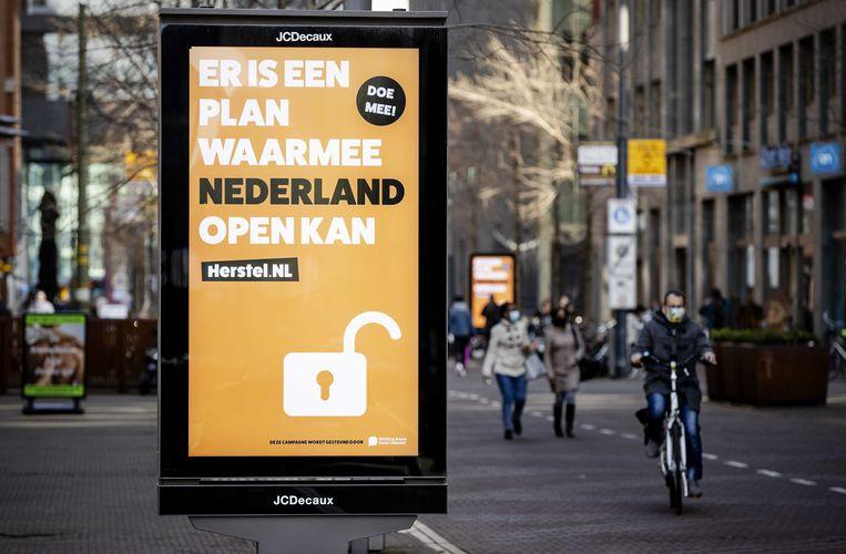 Campagneposters van Herstel-NL, zoals hier in Den Haag, zijn door heel het land opgehangen.  Beeld ANP