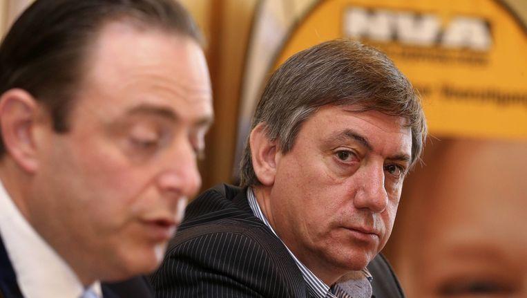 N-VA-voorzitter Bart De Wever en Jan Jambon tijdens de persconferentie in Sint-Niklaas. Beeld BELGA