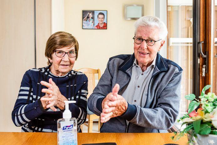 Koop en Sippie Moed zijn corona-vrij terug uit Tenerife. Nu maar regelmatig de handen blijven ontsmetten met desinfecterende gel.